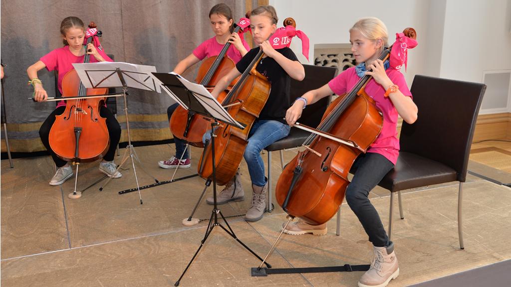 Schülerinnen des Cello/Bass-Ensembles des Maria-Ward-Gymnasiums Nymphenburg umrahmten die Präsentation musikalisch. | Foto: Rolf Poss